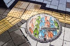Dekorativer japanischer Abwasserkanalkanaldeckel - Hiroshima Lizenzfreie Stockfotos