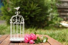 Dekorativer Käfig mit Blumen für Hochzeitszeremonie Lizenzfreies Stockbild