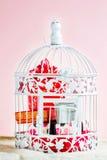 Dekorativer Käfig mit Weihnachtsgeschenken nach innen stockfoto