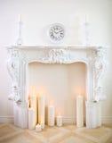 Dekorativer Kamin mit Kerzen Stockbild
