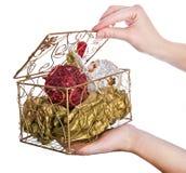 Dekorativer Kasten mit Weihnachtsabendsspielwaren stockbild