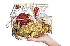 Dekorativer Kasten mit Weihnachtsabendsspielwaren stockfotos