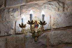 Dekorativer Kerzenständer mit einer Ikone, die an der Wand in der griechischen katholischen Kirche in MI-` ilya in Israel hängt Lizenzfreie Stockbilder