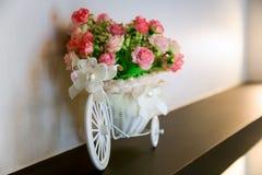 Dekorativer Korb mit Blumen in Form von dem Fahrrad lizenzfreie stockbilder
