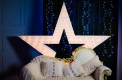 Dekorativer leuchtender Stern auf dem Hintergrund des neuen Jahres Stockbilder