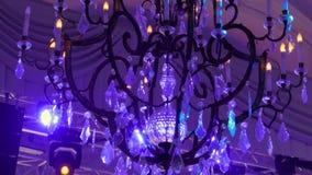 Dekorativer Leuchter, der an der Decke in der Banketthalle hängt stock footage