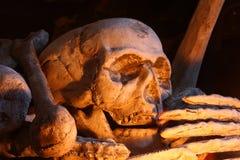 Dekorativer menschlicher Schädel und Knochen Stockfotos