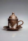 Dekorativer Metallbecher für Kaffee - die Türkei Stockfotografie