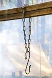 Dekorativer Metallhaken auf Metallkette Lizenzfreie Stockfotos