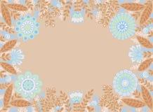 Dekorativer Rahmen von blauen Blumen und von braunen Blättern auf einem hellen beige Hintergrund vektor abbildung