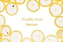 Dekorativer Rahmen von den Kreisen von Zitronenscheiben auf einem weißen Hintergrund Stockbilder