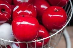 Dekorativer roter Apfel im Speicher Lizenzfreie Stockfotografie