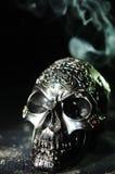 Dekorativer Schädel mit Rauch-Spur Stockfotos