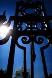 Dekorativer Schmiedeeisenzaun und blauer Himmel, Rockville, Connectic Lizenzfreies Stockfoto