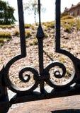 Dekorativer Schmiedeeisenzaun und Landschaft, Rockville, Connecti Stockfotos