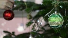 Dekorativer Spielzeugball des Frauenfalles auf Weihnachtsbaumast stock video footage