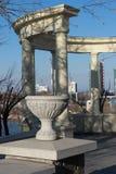Dekorativer Steinvase auf einer Stadtstraße im Hintergrund der Kolonnade stockfotos
