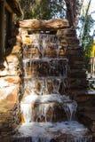 Dekorativer Steinwasserfall stockfotos