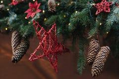 Dekorativer Stern und Kegel auf Fichte Abstraktes Hintergrundmuster der weißen Sterne auf dunkelroter Auslegung Weihnachtskonzept Stockfotos
