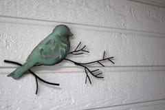 Dekorativer Vogel auf einer Niederlassung Lizenzfreie Stockfotos