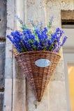Dekorativer Weidenblumentopf mit Blumen Stockfotos