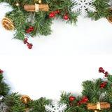 Dekorativer Weihnachtshintergrund mit Dekorationen und Tannenbaumbr Lizenzfreie Stockfotografie