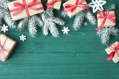 Dekorativer Weihnachtshintergrund mit Geschenken Stockfotografie