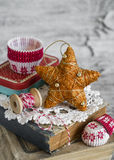 Dekorativer Weihnachtsstern, alte Bücher, Papier formt für das Backen auf einer hellen Holzoberfläche Stockbilder