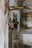 Dekorativer Weihnachtsstern, der am alten Türgriff hängt Stockbild
