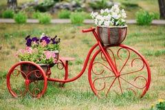 Dekorativer Weinlese-Modell-Old Bicycle In-Blumen-Garten lizenzfreie stockfotos