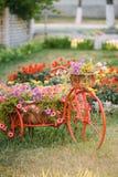 Dekorativer Weinlese-Modell-Old Bicycle Equipped-Korb-Blumen-Garten foto Stockfotografie