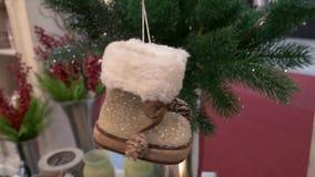 Dekorativer Winter beschuht das Hängen an einem Weihnachtsbaum stock video