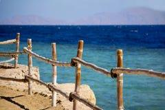 Dekorativer Zaun auf dem Strand Stockfotos