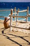 Dekorativer Zaun auf dem Strand durch das Meer Lizenzfreies Stockfoto
