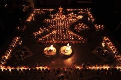 Dekoratives Öl oder Wachs, die traditionelles Diwali Diya oder Lampen brennen stockfotografie