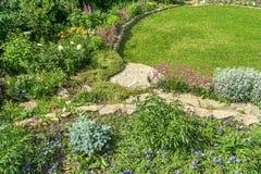 Dekoratives alpines Dia und grüner Rasen Lizenzfreie Stockfotos