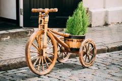 Dekoratives ausgerüsteter Korb Weinlese-Modell-Old Wooden Bikes Fahrrad Lizenzfreie Stockbilder