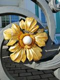 Dekoratives Element des Zauns in Form einer Blume stockfotografie