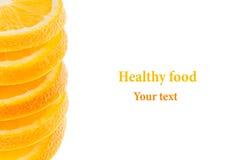 Dekoratives Ende von einem Stapel von Scheiben der saftigen Orange auf einem weißen Hintergrund Fruchtgrenze, Rahmen Getrennt seh Lizenzfreie Stockfotos
