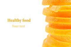 Dekoratives Ende von einem Stapel von Scheiben der saftigen Orange auf einem weißen Hintergrund Fruchtgrenze, Rahmen Getrennt seh Lizenzfreies Stockfoto