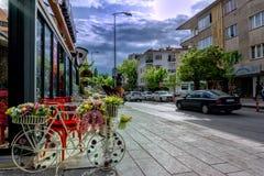 Dekoratives Fahrrad auf einer Straße vor einem Speicher stockfoto