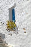 Dekoratives Fahrrad, das von einem Fenster in einem griechischen Haus hängt Stockfotos