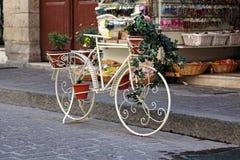 Dekoratives Fahrrad geschmückt mit Blumen Stockfoto