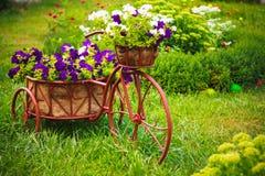 Dekoratives Fahrrad im Garten Lizenzfreies Stockbild
