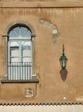 Dekoratives Fenster einer historischen Wohnung stockbild