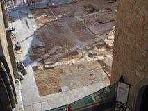 Dekoratives Fenster einer historischen Wohnung Archäologische Entdeckungen während der Rekonstruktion der Pflasterung des Quadrat stockfotografie