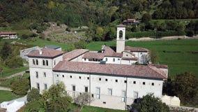 Dekoratives Fenster einer historischen Wohnung Brummenvogelperspektive des ehemaligen Klosters von Astino, bereiten für den inter stock video