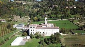Dekoratives Fenster einer historischen Wohnung Brummenvogelperspektive des ehemaligen Klosters von Astino, bereiten für den inter stock footage