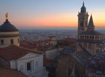 Dekoratives Fenster einer historischen Wohnung Die alte Stadt Vogelperspektive der Basilika von Santa Maria Maggiore während des  Stockfotos