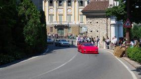 Dekoratives Fenster einer historischen Wohnung Historisches Gran Prix Parade von historischen Autos entlang dem Weg der venetiani stock footage